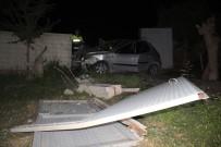 DİREKSİYON - Otomobil Bahçe Kapısına Çarptı Açıklaması 4 Yaralı