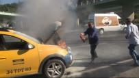 DAMACANA - (Özel) Aniden Alev Alan Ticari Taksiyi Söndürmek İçin Vatandaşlar Seferber Oldu