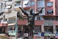 ATATÜRK HEYKELİ - Aliağa'ya Yapılan 'Atatürk Heykeli' Takdir Topluyor