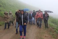 Dünyanın En Tehlikeli Yolunda Sis Ve Yağmura Rağmen Yürüdüler