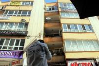 HAVALANDIRMA BOŞLUĞU - Baca Temizlemek İçin Çıktığı Çatıdan Düşerek Ağır Yaralandı