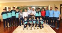 GEBZE BELEDİYESİ - Şampiyon Sporcular, Kupalarını Alıp Başkan Köşker'e Geldil