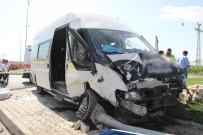 Servis Minibüsü İle Otomobil Çarpıştı Açıklaması 8 Yaralı
