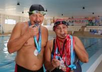 SAĞLIK HARCAMALARI - Yüzme Sevdalısı Çift, Minik Kulaçlara Örnek Oluyor
