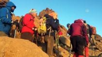 Türk Dağcılar Savalan Dağı'nın Zirvesinde Bayrak Açtı
