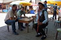 Müşterilerini Kaval Çalarak Karşılıyor, Yöresel Kıyafetiyle Çay Servisi Yapıyor