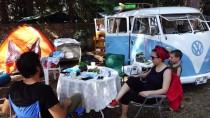 1966 Model Minibüsüyle Kampların İlgi Odağı