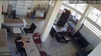 (Özel) İşyerinde Otururken Kafasına Tablo Düştü