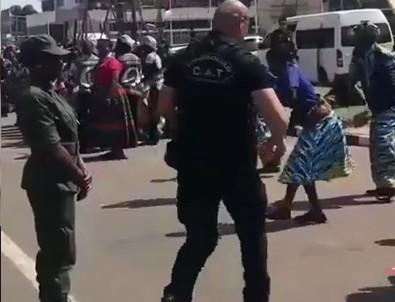 Koruma polisinden duygulandıran hareket