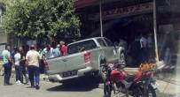 AHMET ARİF - Minibüse Çarpıp İş Yerine Girdi Açıklaması 2 Yaralı