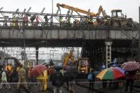 TREN SEFERLERİ - Hindistan'da Üst Geçit Çöktü