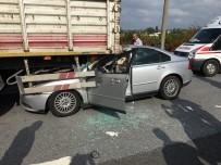 KUZUCULU - Otomobil Tırın Altına Girdi Açıklaması 1 Yaralı