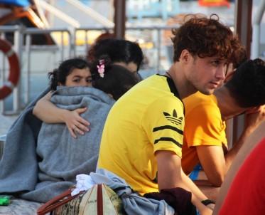 Ege Denizi'nde Batan Bottaki Göçmenleri Tur Teknesi Kurtardı