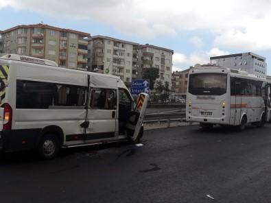 İki Servis Minibüsü Çarpıştı Açıklaması 3 Yaralı