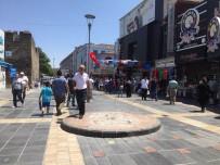 ÇAM SAKıZı - Kayseri'de Kaldırılan Kadın Heykeli Tartışması Büyüyor