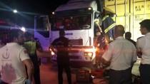 KAMYONCULAR - Manisa'da 2 Tırın Arasında Sıkışan Sürücü Öldü