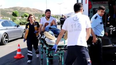 Sivas'ta 2 Otomobil Çarpıştı Açıklaması 5 Yaralı