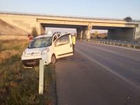 Ticari Araç Bariyerlere Çarptı  Açıklaması 4 Yaralı