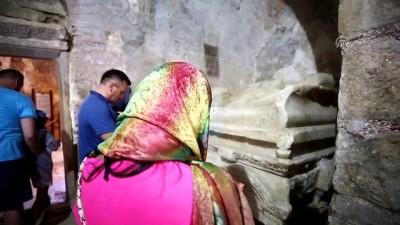 Aziz Nikolaos'a Dua Edip Dilek Tutuyorlar