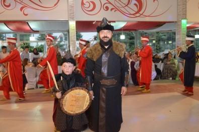 (Özel) 'Diriliş Ertuğrul' Hayranı Baba Oğul Sahneye Alp Kıyafetiyle Çıktı
