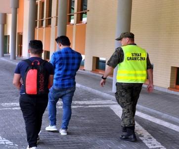 Polonya'ya Kaçak Yollarla Girmeye Çalışan 8 Türk Yakalandı