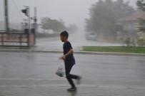 DOLU YAĞIŞI - Şuhut'ta Şiddetli Yağmur, Dolu Ve Fırtına Zor Anlar Yaşattı