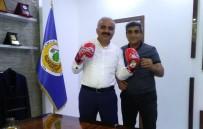 BOKS ELDİVENİ - Adıyamanlı Sporcular Doğan'a Boks Eldiveni Hediye Etti