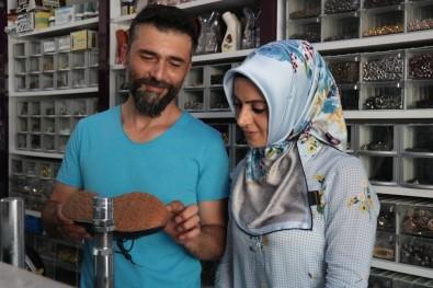 Eşinden Öğrendiği Meslekte Şehrin Tek Kadın Ayakkabı Tamircisi Oldu