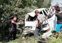 MUSTAFA EREN - Takla Atan  Minibüs Ağaçlara Çarparak Durabildi Açıklaması 1'İ Ağır 2 Yaralı