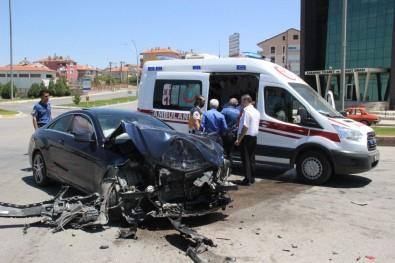 Karaman'da Lüks Otomobil, Belediye Otobüsüne Çarptı Açıklaması 2 Yaralı