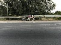 İZMIR ADLI TıP KURUMU - Kontrolden Çıkan Motosiklet Bariyerlere Çarptı Açıklaması 1 Ölü, 1 Yaralı