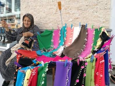 Hediye Ninenin Şemsiye Üzerine Açtığı Tezgahta Rengarenk Hediyelikleri