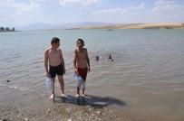 İLGİNÇ GÖRÜNTÜ - Pet Bidonlardan Can Simidi Yapan Çocukların Yüzme Keyfi