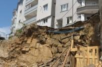 ELEKTRİK DİREĞİ - Apartmanın Altı Oyuldu, Vatandaşlar Korkudan Evlerine Giremiyor