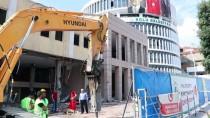 İŞ MAKİNASI - Bolu'da Eski Belediye Binasının Yıkımına Başlandı