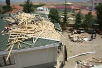 Bala'da fırtına ve hortum evlerin çatısını uçurdu