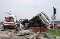 AHMET ARİF - Hasta Taşıyan Ambulans Kamyonetle Çarpıştı Açıklaması 6 Yaralı