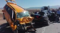 Otomobil İle Ticari Taksi Çarpıştı Açıklaması 3 Ölü