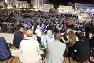 Sivas'ta Nostaljik Açık Hava Sinemasına Yoğun İlgi