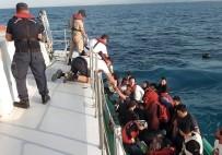 KAÇAK GÖÇMEN - Bindikleri Lastik Botun Motoru Arıza Yapan 37 Kaçak Göçmeni Sahil Güvenlik Kurtardı