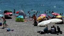 KONYAALTI SAHİLİ - Antalya'da Sıcak Havada Deniz Keyfi