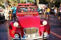 KLASİK ARABA - Klasik Otomobillerle Fotoğraf Çektirmek İçin Birbirleriyle Yarıştılar