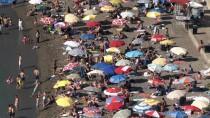 İLGİNÇ GÖRÜNTÜ - Sıcaktan Bunalanlar Plajlara Akın Etti