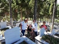 Annesinin Mezarını İlk Kez Ziyaret Etti