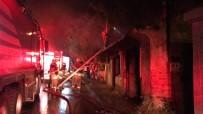 İTFAİYE ARACI - İzmir'de Metruk Bir Evde Yangın Çıktı
