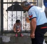 MUAMMER AKSOY - Kafası Korkuluklara Sıkışan Çocuğun Zor Anları