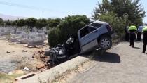 Mezarlığa Düşen Otomobilin Sürücüsü Ağır Yaralandı