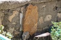 MEZAR TAŞI - Tarihi Mezar Taşı Duvardan Çıktı