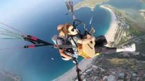 KAPALI ÇARŞI - Paraşütle Atlarken Gitar Çaldığı Görüntüleri Milyonlar İzledi