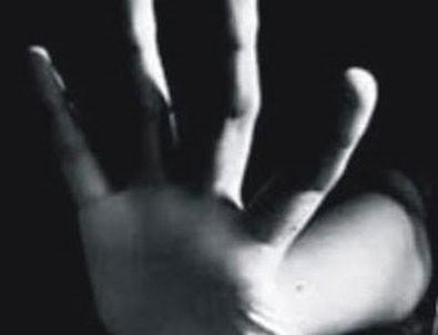 Şanlıurfa'da kendisini doktor olarak tanıtıp küçük kızları taciz etmeye çalıştığı iddia edilen şahıs tutuklandı. Edinilen bilgiye göre olay, dün Haliliye ilçesine bağlı Tandoğan Mahallesi'ndeki bir parkta yaşandı. ile ilgili görsel sonucu